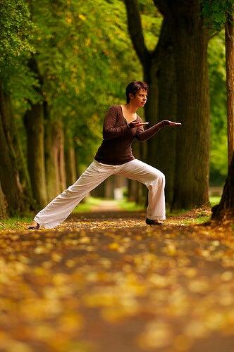 Mujer haciendo yoga en el bosque