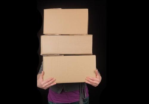 Cuando se trasladan objetos, procura siempre llevarlos lo más pegado al cuerpo para no forzar la columna.