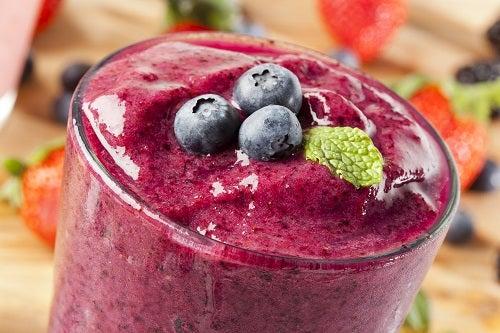 Con las frutas rojas y azules se pueden preparar deliciosos batidos que además ayudan a mejorar nuestra salud.