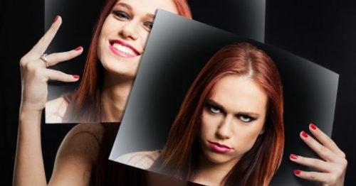 Mujer con emociones de enojada y feliz