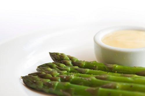Esparragos verdes con salsa