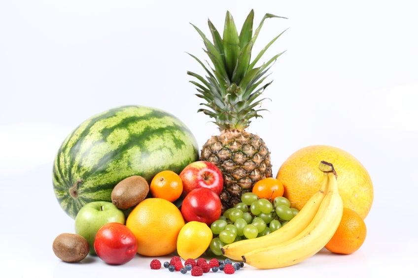 Para evitar la inflamación estomacal que produce el estreñimiento lo ideal es consumir algunas frutas crudas.