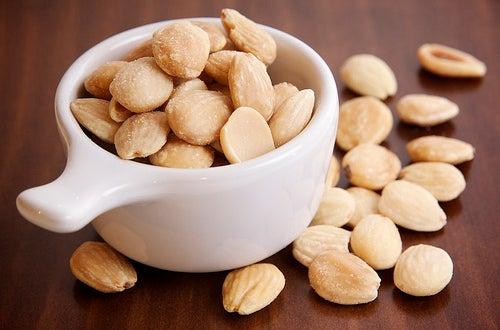 Se recomienda consumir regularmente frutos secos para mejorar nuestra salud.