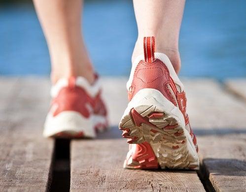Los pies de una persona haciendo jogging