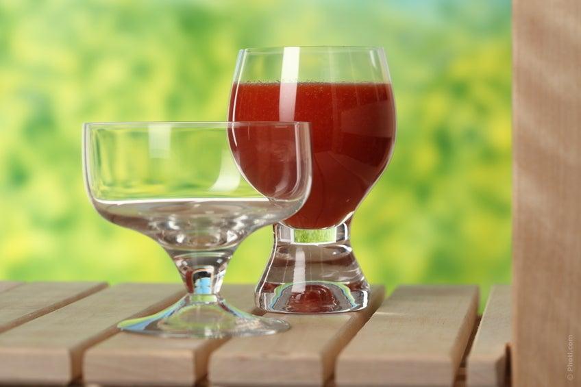 zumo de tomate en vaso alimento saludable