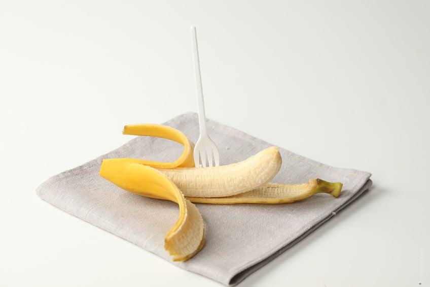 El plátano, por su riqueza en potasio ayuda a equilibrar el agua del cuerpo al contrarrestar el sodio.