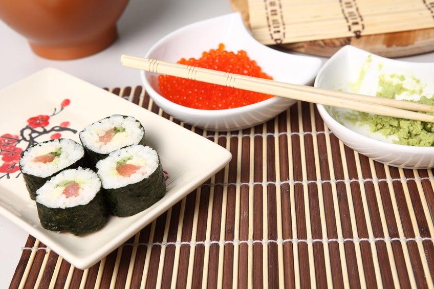 Las envolturas vegetales usadas en el makizushi y en el temaki se llaman nori. Es un alga comestible tradicionalmente cultivada en Japón.