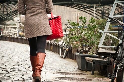 jeune femme marchant au bord de la Seine à paris