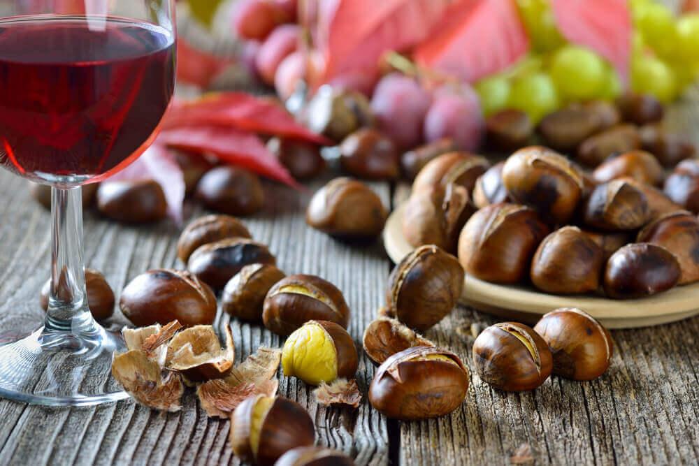 Castañas con una copa de vino