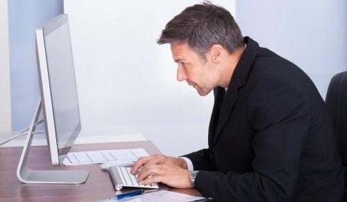 Hombre sentado con mal postura