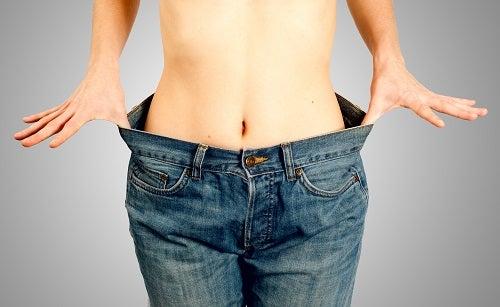 Mujer que perdió peso se prueba pantalón