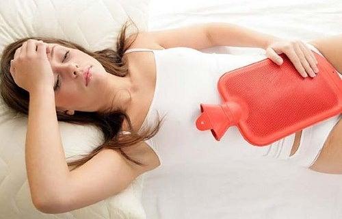 Mujer con dolores propios de la menstruación.