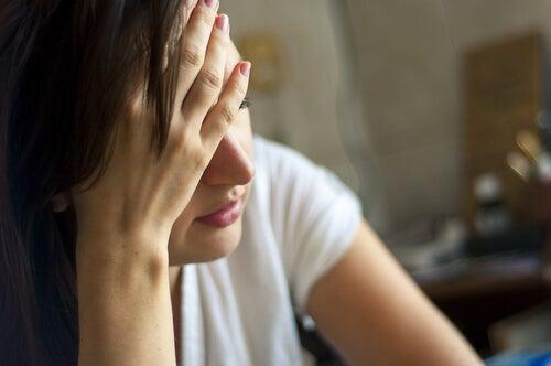 Mujer cansada con dolor de cabeza por déficit de magnesio