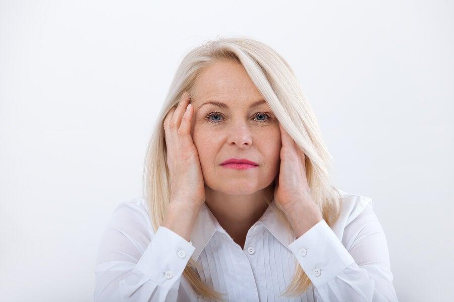 Mujer con menopausia mirando a la cámara