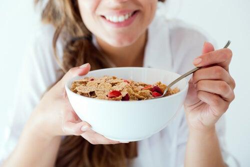 Mujer desayunando sano