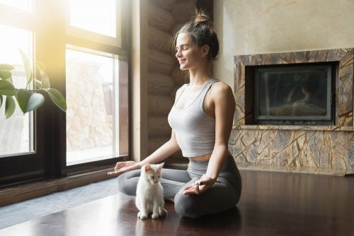 Mujer haciendo yoga en su casa.
