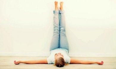 elevar piernas para reducir las várices