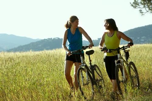 Mujeres-en-bicicleta-por-el-campo