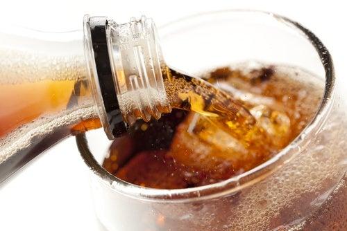 No tomes bebidas gaseosas para evitar la distensión abdominal