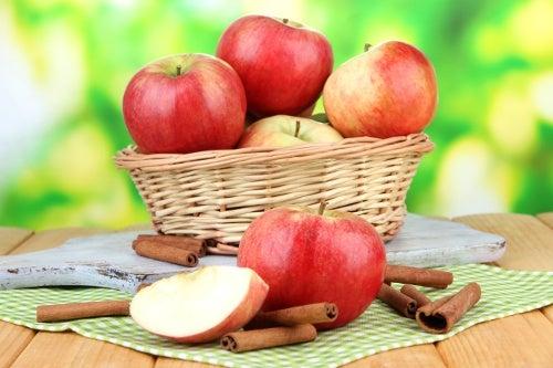 Manzanas en cesta.