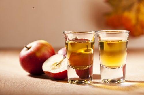 La mezcla de vinagre de manzana, bicarbonato de sodio y sal ayuda a limpiar los drenajes de forma fácil