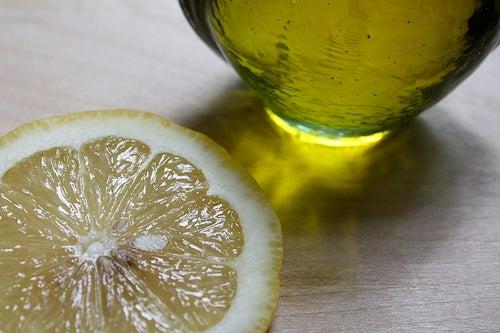 Aceite de oliva y limón.