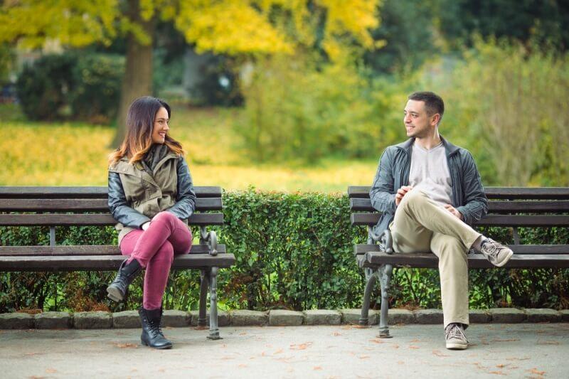Hombre y mujer conociéndose