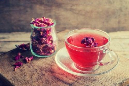 El té de rosas es un remedio milenario que aporta múltiples beneficios a nuestra salud.