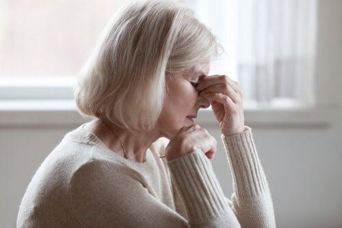 Mujer mayor con cansancio por anemia ferropénica.