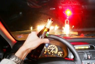 NUNCA bebas alcohol si luego vas a conducir. Tu familia te espera sano y salvo...