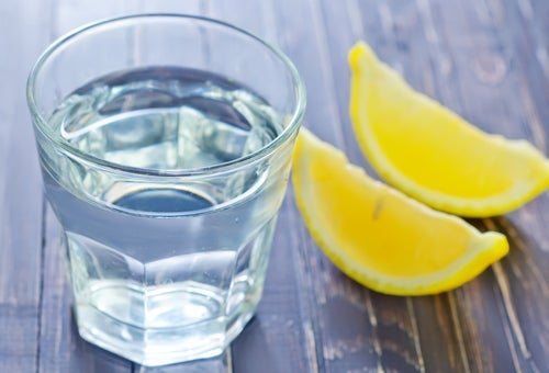 Limones y vaso de agua