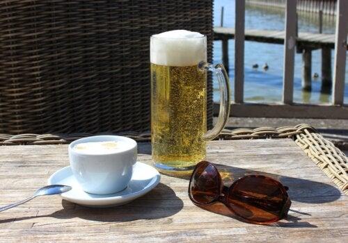 Café y cerveza: la ciencia desmiente mitos sobre su consumo