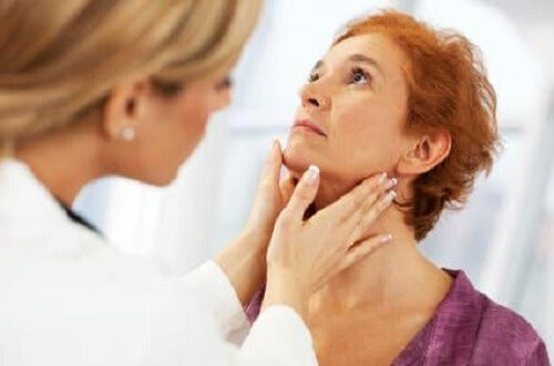 Médico tratando a mujer con hipotiroidismo