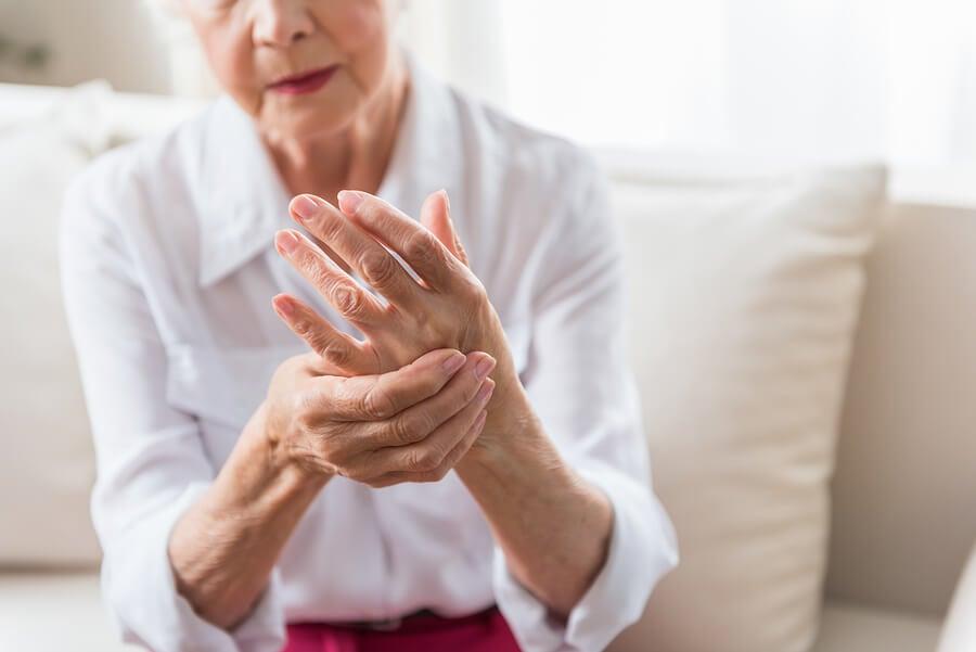 Mujer con artritis que se podría beneficiar del limoneno.