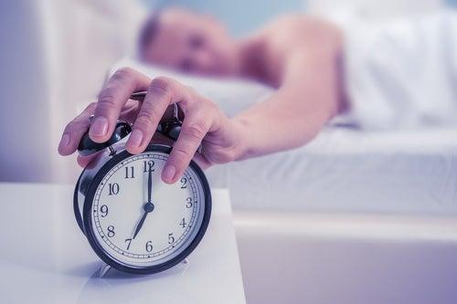 Hombre apagando el despertador