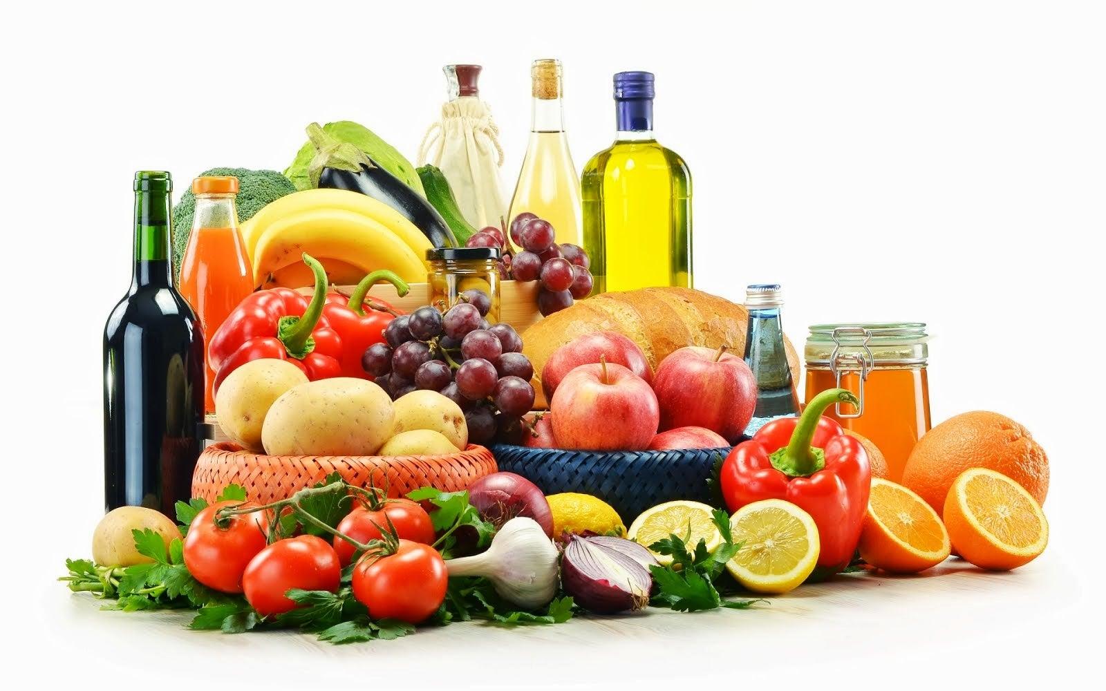 Alimentos de una dieta mediterránea como frutas, aceite de oliva, verduras y cereales