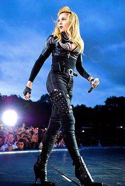 Madonna_at_mdna_tour_06