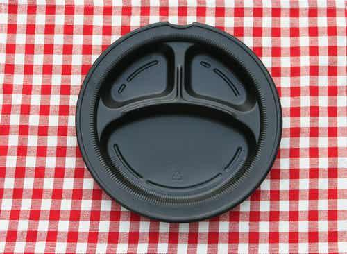 ¿Comer en platos plásticos atenta contra tu salud?
