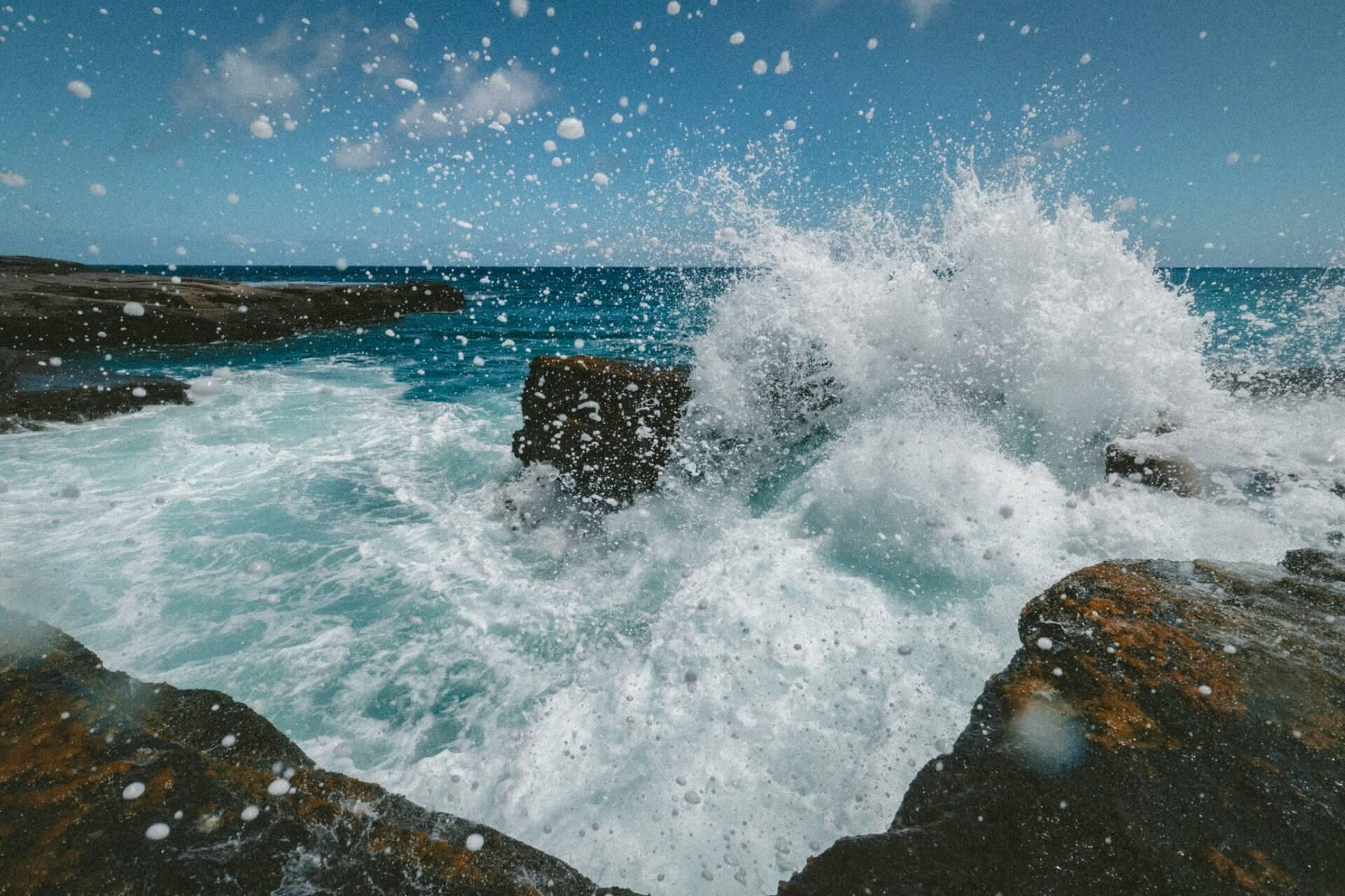 Mar rompe en una playa como la respiración ujjayi.