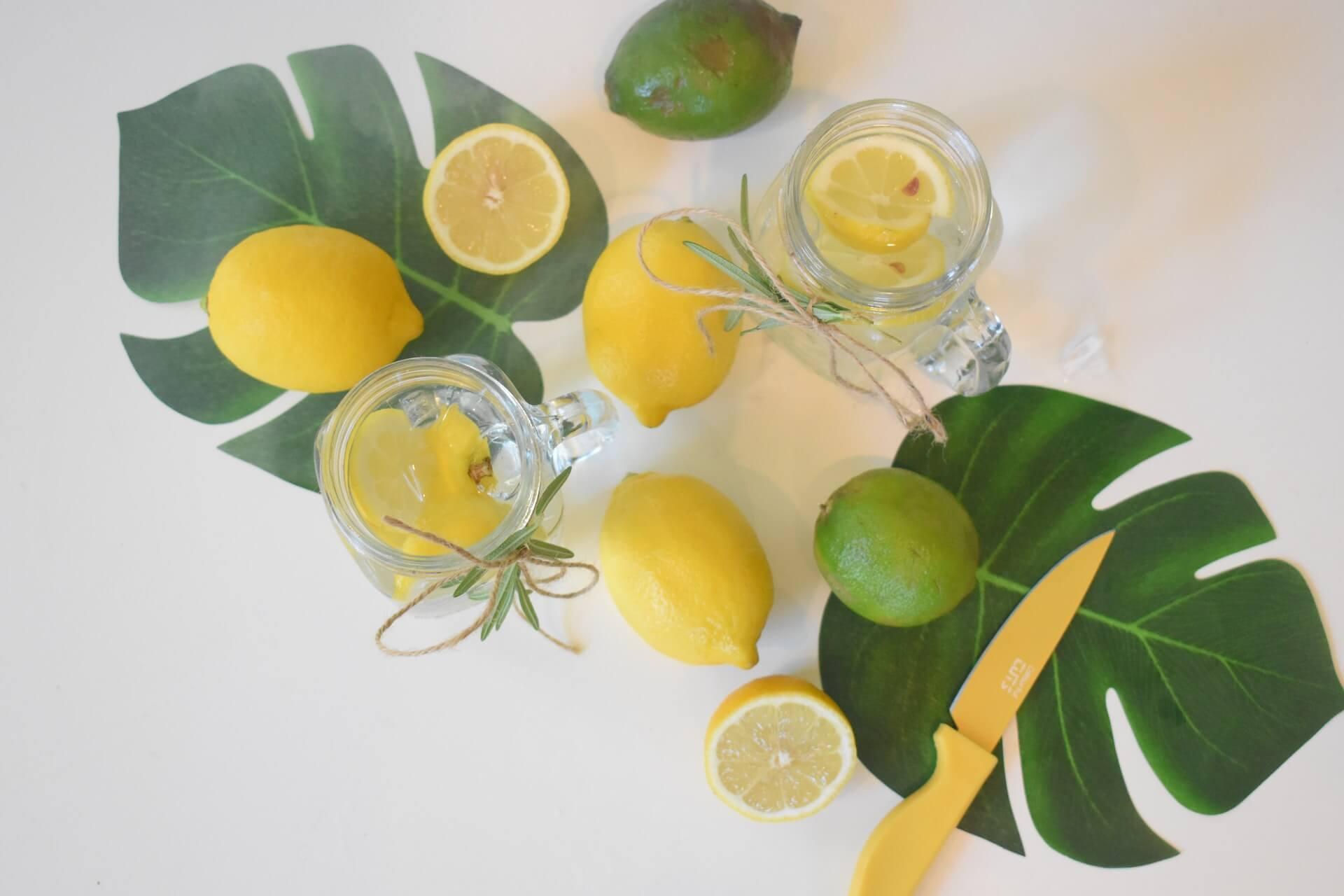 ¿Beber agua tibia de limón cada mañana brinda beneficios?