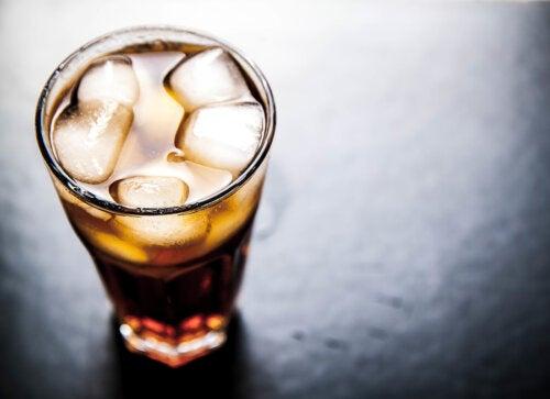 5 bebidas que debemos evitar y sus alternativas saludables