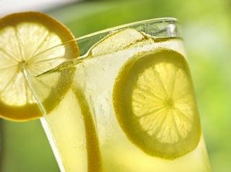 Agua fria con limon para adelgazar