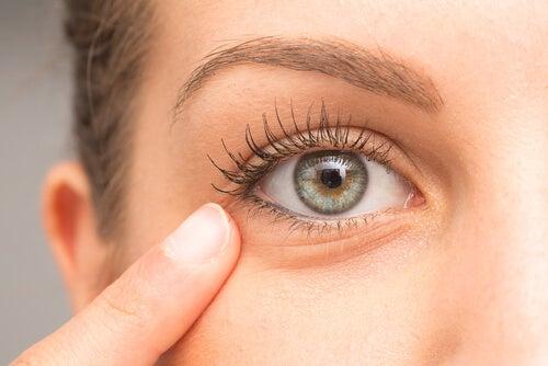 Ojo de una mujer con ojeras: razones para desmaquillarte