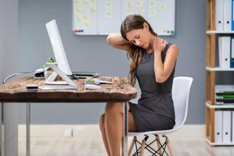 Dolor de cuello en la oficina por mala postura.