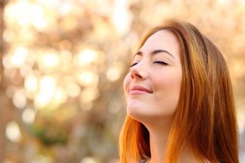 mujer feliz que libera endorfinas