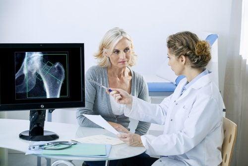 Doctora y paciente en consulta médica