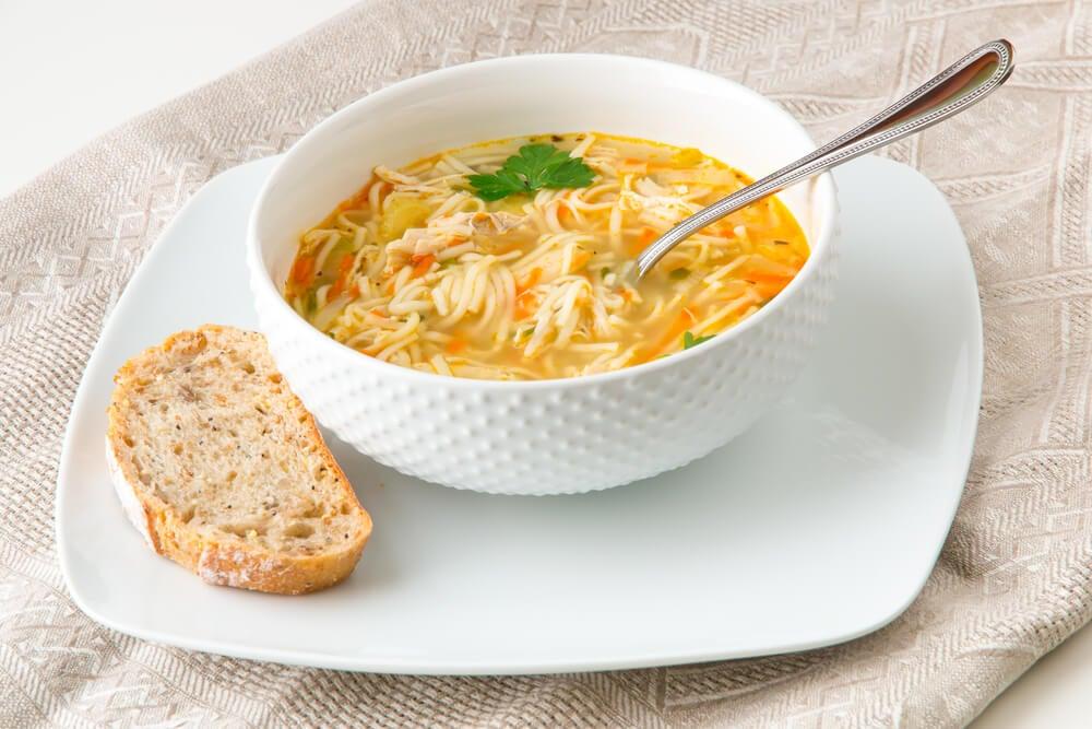 Plato de sopa de pollo