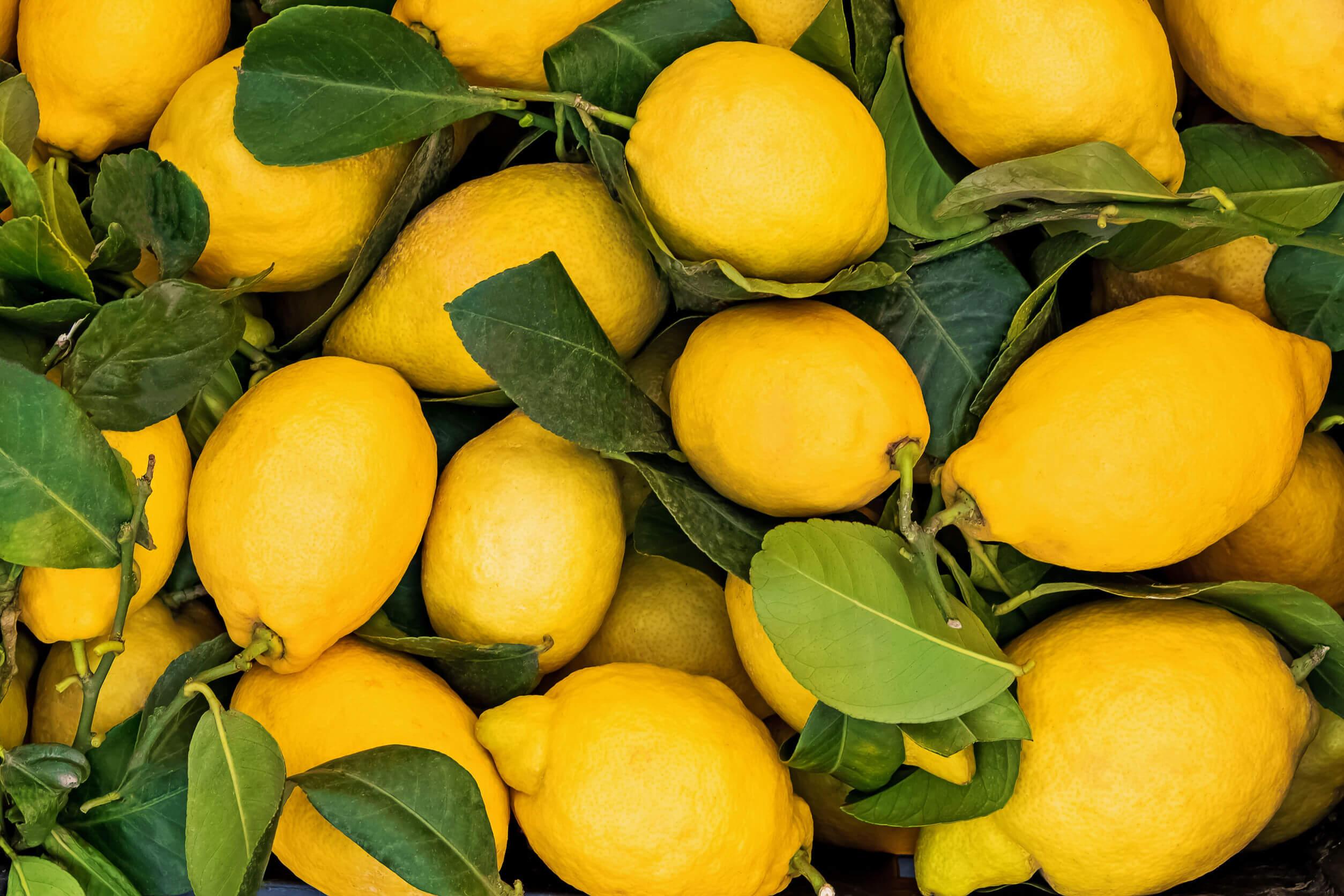 Limón para el bizcocho de harina de espelta.