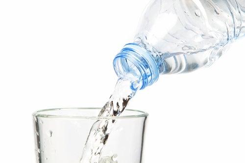 ¿Cuál es la cantidad indicada de agua que hay que tomar al día?