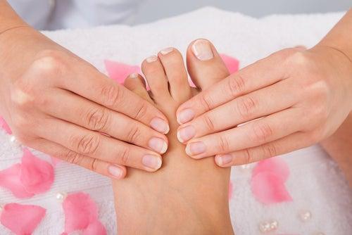 Manos aplicando acupresión a los pies